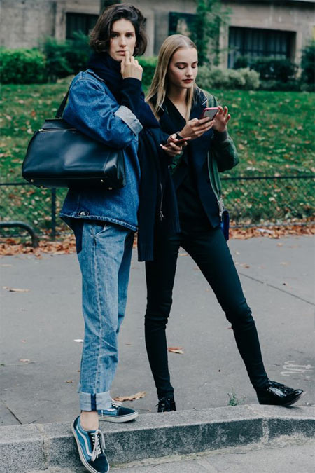 Уличные модницы носят джинсы