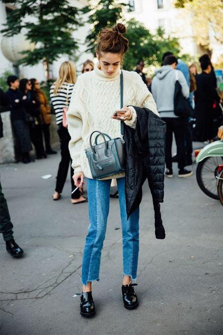 Джинсы и бежевый свитер толстой вязки