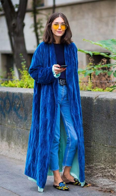 Голубые джинсы и пальто-халат из бархата