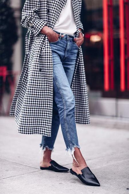 Пальто в клетку, джинсы белая рубашка