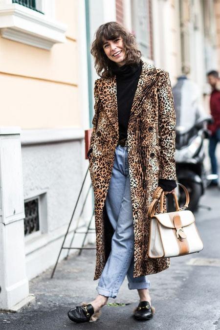 Пальто с леопардовым принтом и светлые джинсы