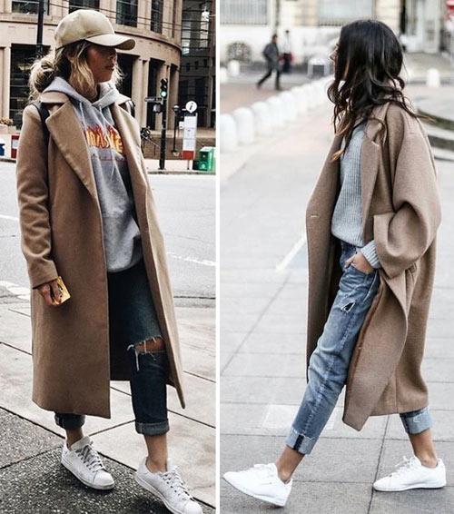 Бежевое пальто, джинсы, белые кроссовки