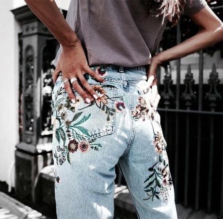 Голубые джинсы с высокой талией с вышивкой