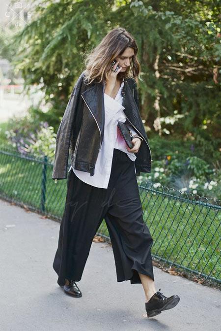 Черная кожаная куртка-косуха и широкие брюки