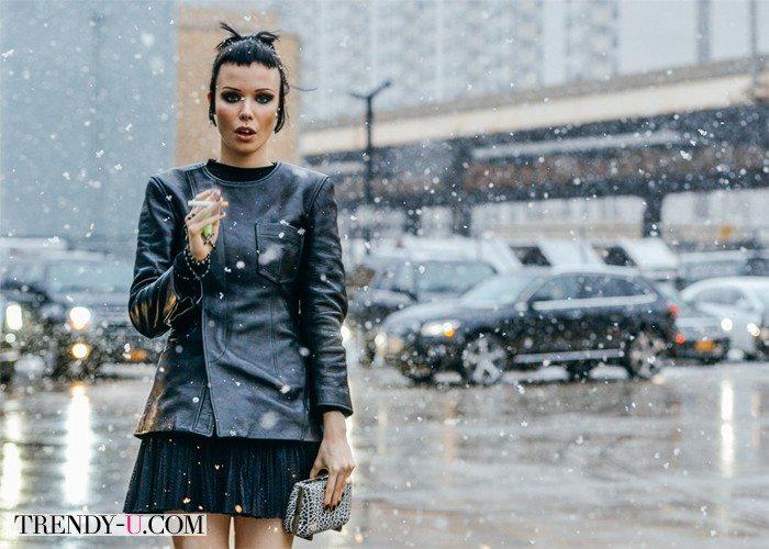 Уличная модница в кожаной куртке
