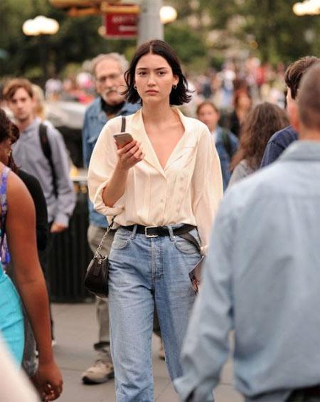 Белая рубашка и джинсы на уличной моднице