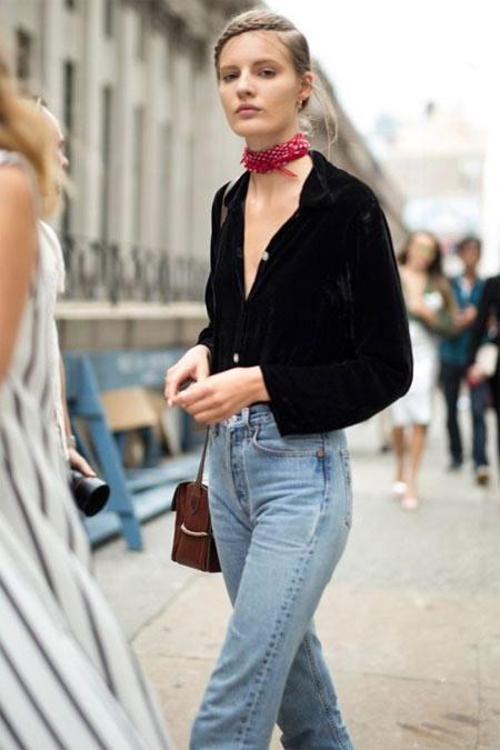 Черная рубашка в сочетании с джинсами