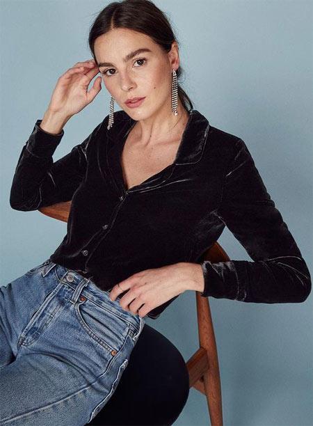 Черная рубашка из бархата и джинсы