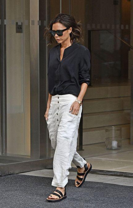 Виктория Бэкхем в черной рубашке и белых брюках