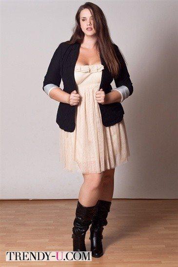 Черный пиджак с платьем на полной девушке