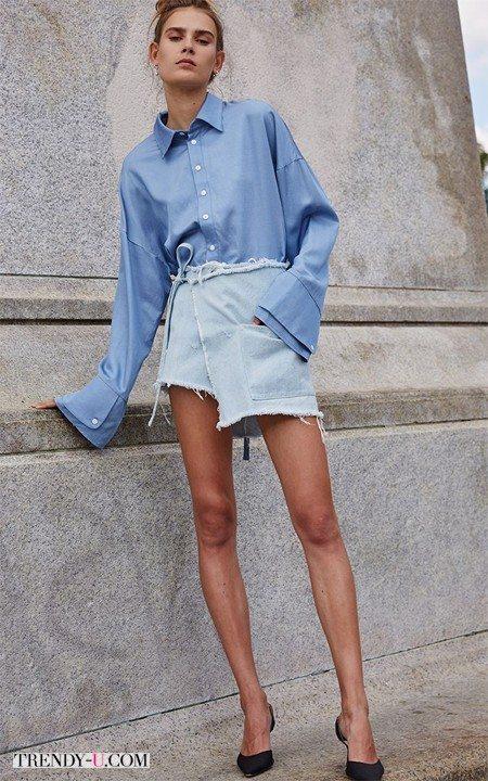 Голубая рубашка оверсайз в сочетании с короткой джинсовой юбкой