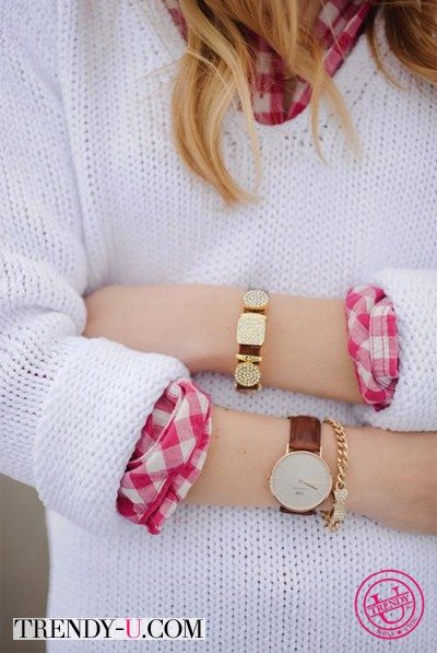 Браслеты, мужские часы, белый свитер, клетчатая рубашка