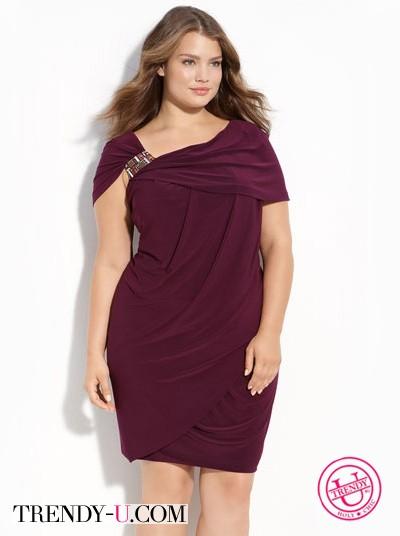 Асимметричное платье с запахом на девушке с пышными формами
