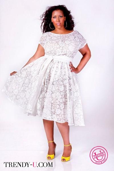 Белое кружевное платье на полной девушке