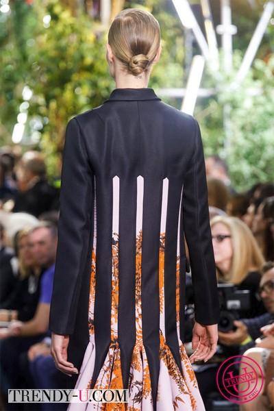 Черное пальто из коллекции Диор 2014, вид сзади