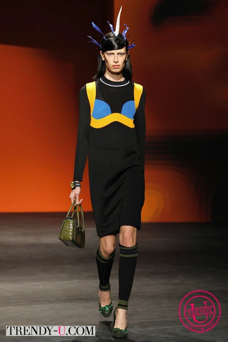 Черное маленькое платье с декоративной вставкой Прада 2014
