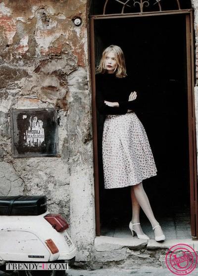 Пышная юбка в сочетании с водолазкой на красивой девушке
