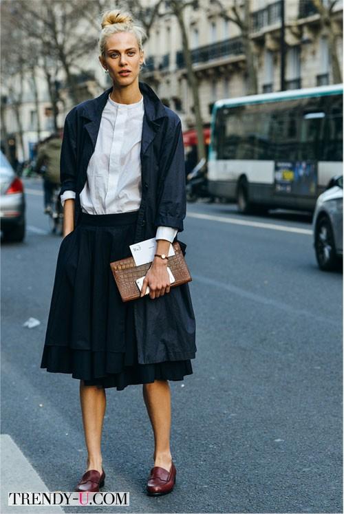 Топ-модель Aymeline Valade в пышной юбке и белой блузке