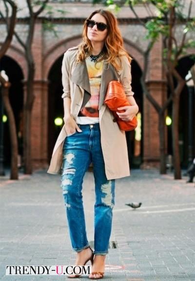 Бежевый тренч и рваные джинсы