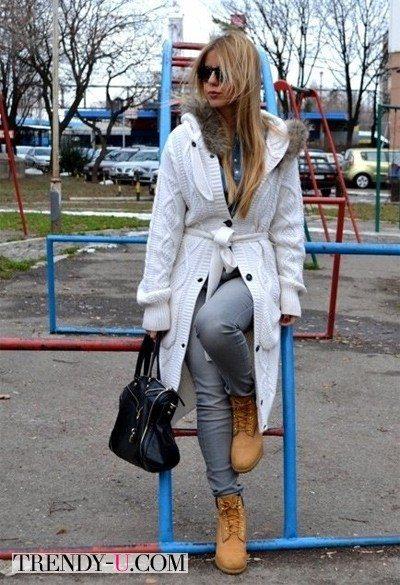 Тимберленды и белое пальто