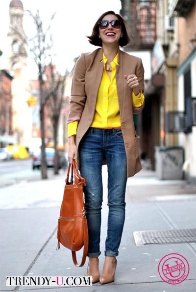 Желтая рубашка с джинсами и тренчем