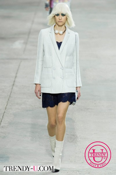 Oversized пиджак в сочетании с кружевной мини-юбкой Chanel весна-лето 2014