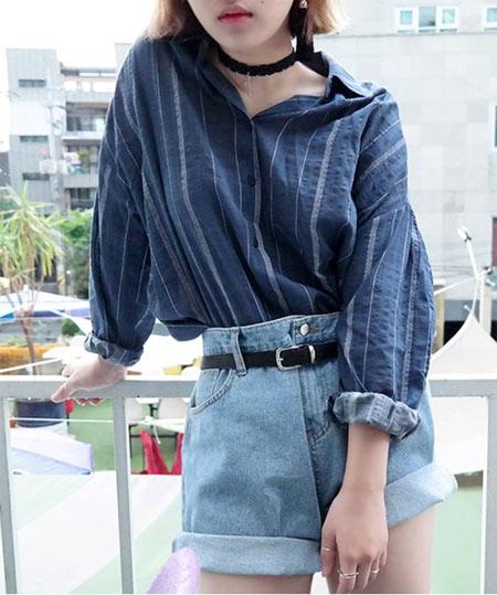 Синяя рубашка в полоску в сочетании с шортами