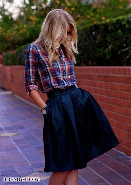 Клетчатая рубашка и синяя юбка