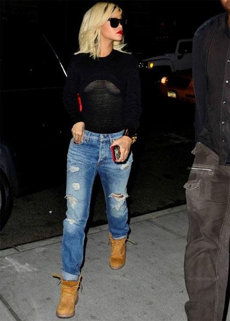 Рианна в тимберлендах и голубых джинсах