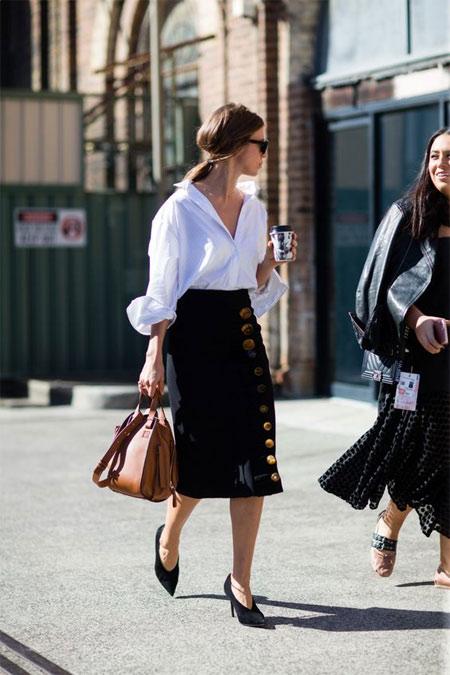 Юбка-карандаш, белая блузка, туфли на каблуке
