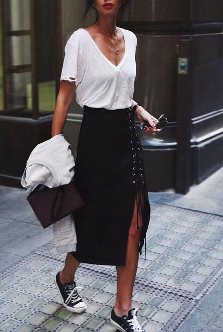 Черная юбка-карандаш и кеды