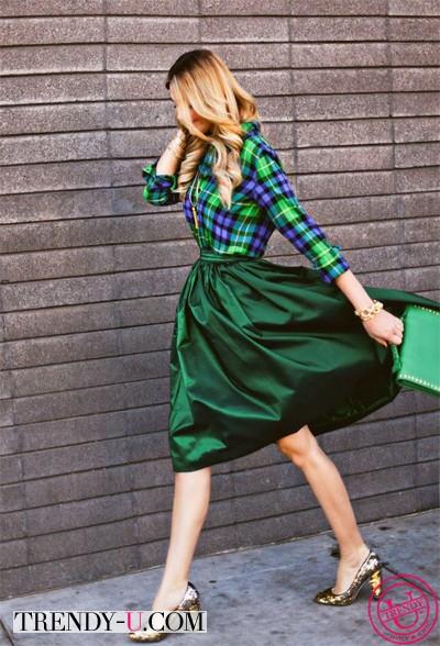 Пышная зеленая юбка в сочетании с рубашкой