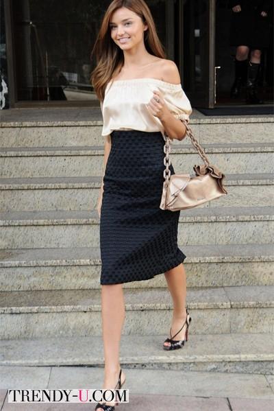 Миранда Керр в черной юбке-карандаш и летней блузке