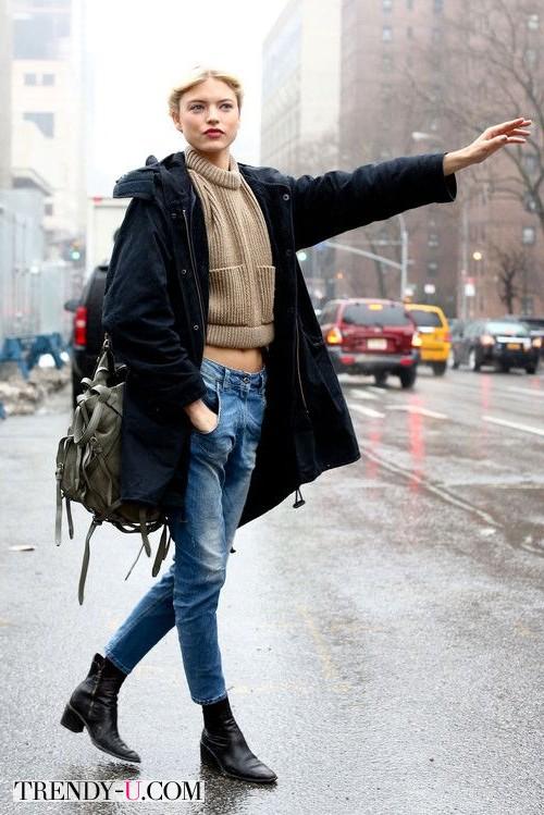 Черная парка, голубые джинсы и бежевый укороченный свитер на модели off duty