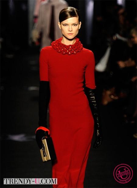 Красное платье и черные перчатки