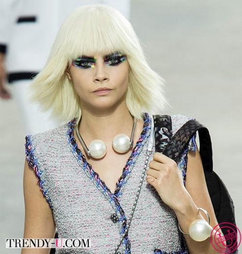 Кара Делевинь в прическе боб на показе Шанель весна-лето 2014