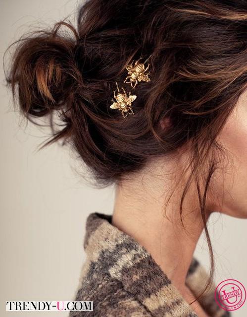 Небрежно собранные в пучок волосы и золотистые украшения в волосах 2014
