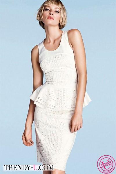 Лук с белым кружевным платьем с баской