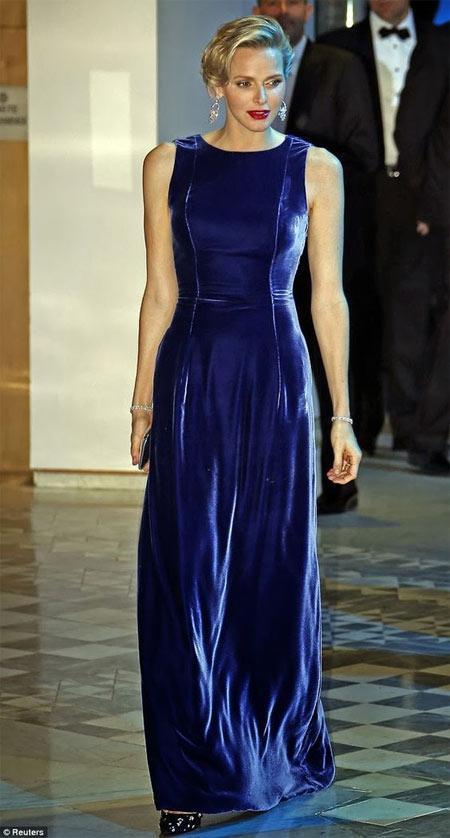 Княгиня Шарлен в длинном бархатном платье