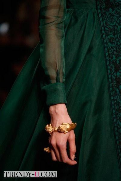 Стильный браслет к зеленому платью