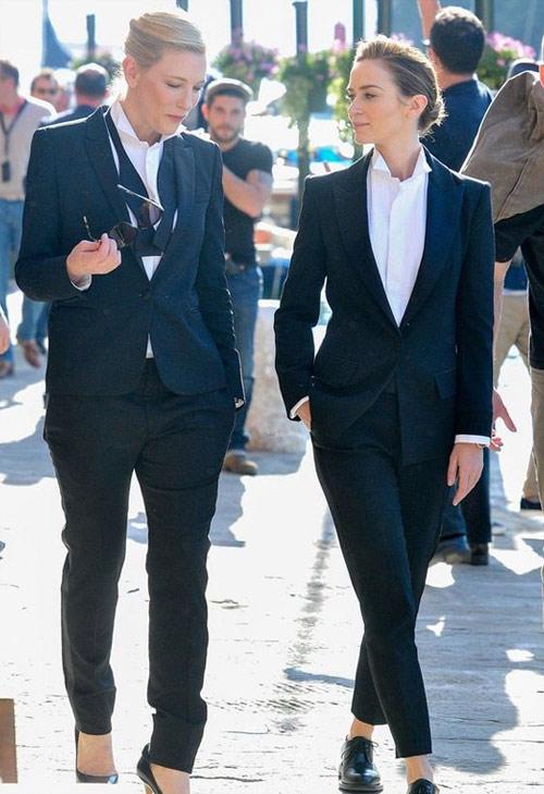 Черный костюм в сочетании с белой рубашкой на Кейт Бланшетт и Эмили Блант