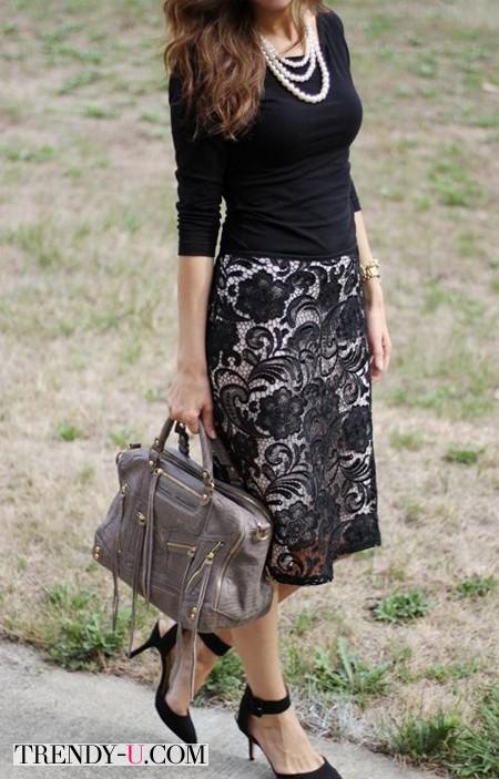 Стильная молодая женщина в жемчужных бусах
