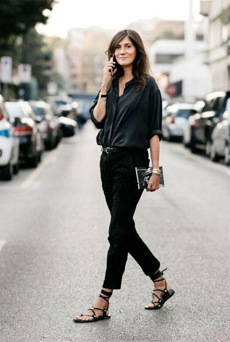 Эммануэль Альт в черной рубашке, черных чиносах и босоножках