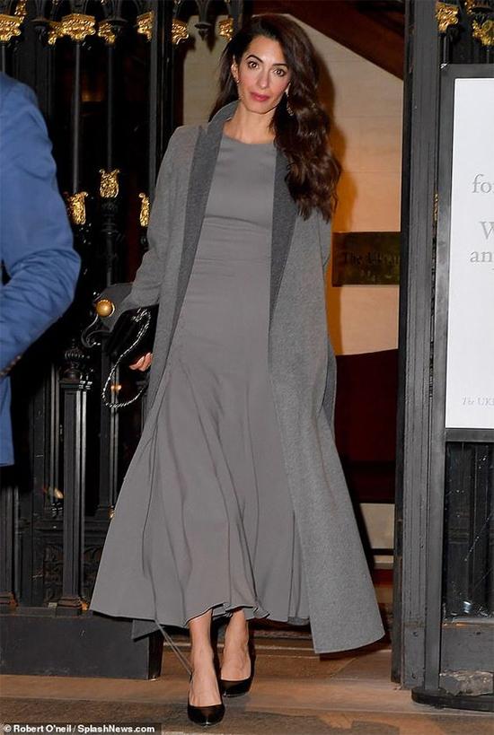 Амаль Клуни в платье миди серого цвета