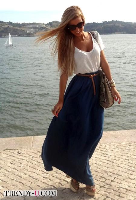 Синяя юбка в пол в сочетании с белой футболкой