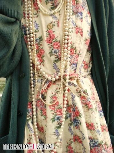 Платье с цветочным принтом и нити жемчуга