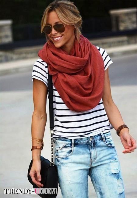 Тельняшка, джинсы, бордовый шарф