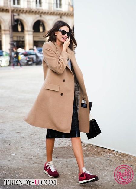 Пальто бежевого цвета и кроссовки
