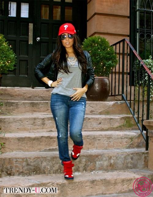 Кеды и джинсы на полной девушке