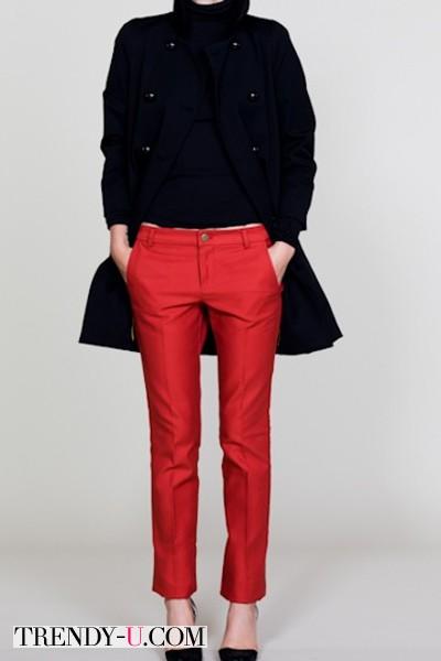 Красные чиносы, черный свитер и пальто